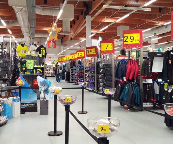 Interior de la tienda Decathlon Mataró